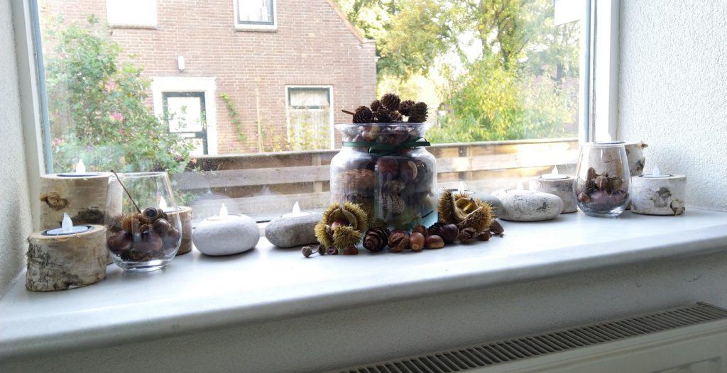 Een vensterbank vol herfst souvenirs