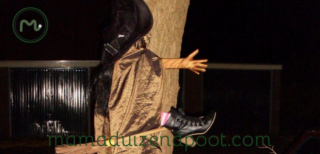 Heks tegen een boom, Halloween decoratie