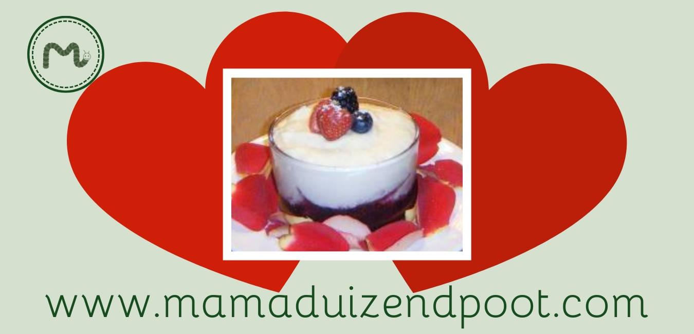Witte chocolademousse met rode vruchten coulis