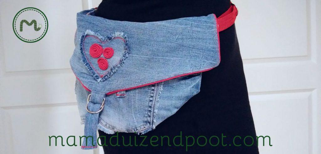 Een heuptas van een oude spijkerbroek