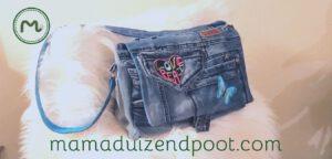 Een schoudertas van een oude spijkerbroek