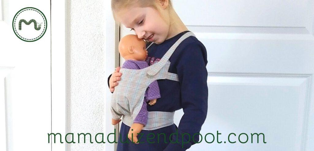 Een draagzak voor de pop
