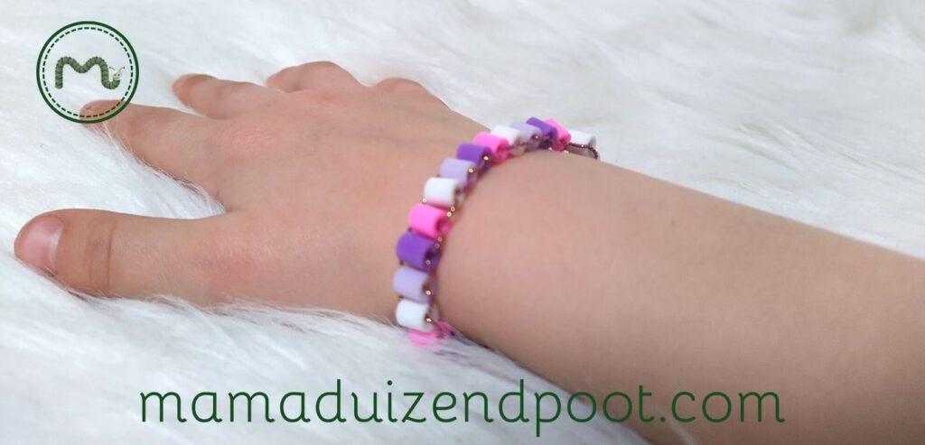 Een armband van strijkkralen rijgen