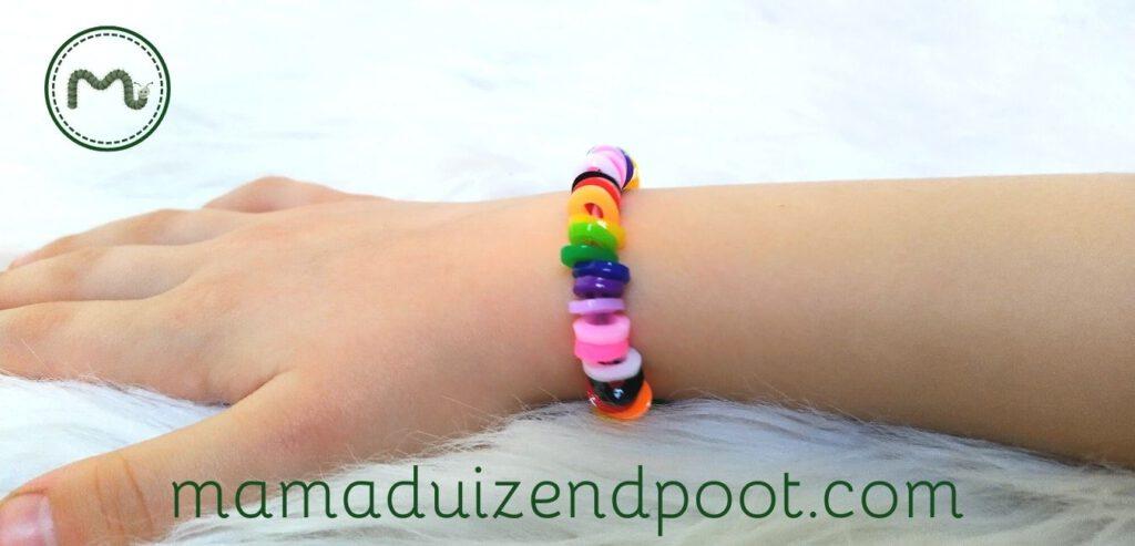 Een armbandje van gesmolten strijkkralen
